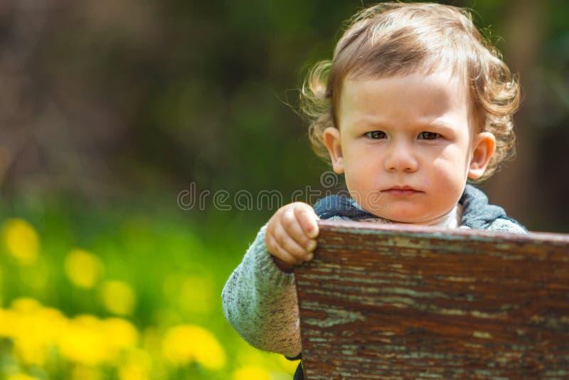Retrato de un niño pequeño Niño al aire libre fotos de archivo libres de regalías