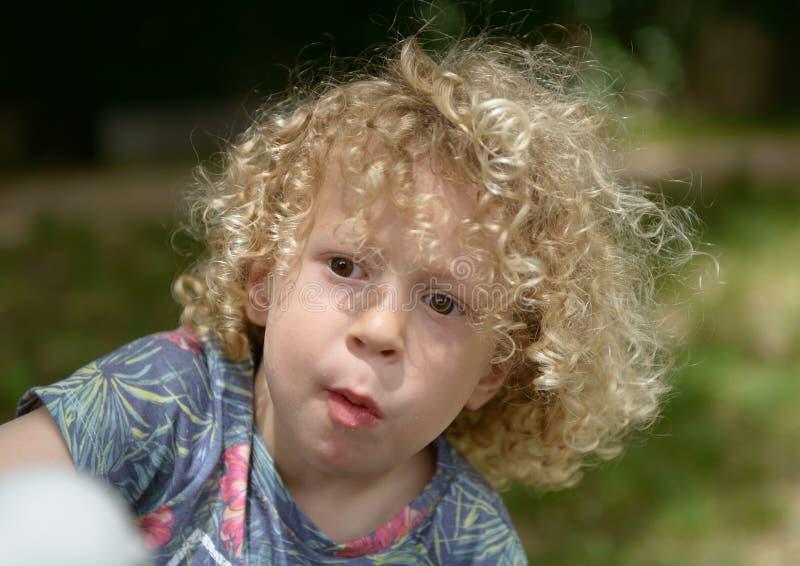 Retrato de un niño pequeño con el pelo rizado foto de archivo libre de regalías