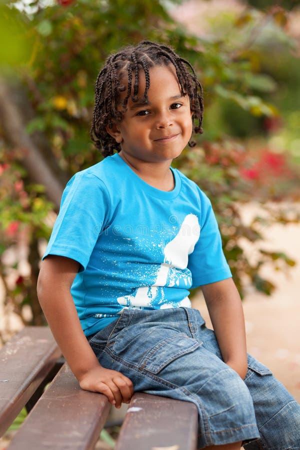 Retrato de un niño pequeño lindo del afroamericano imagenes de archivo