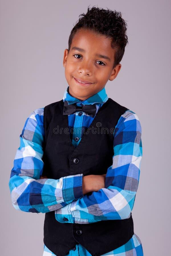 Retrato de un niño pequeño lindo del afroamericano con los brazos plegables imágenes de archivo libres de regalías