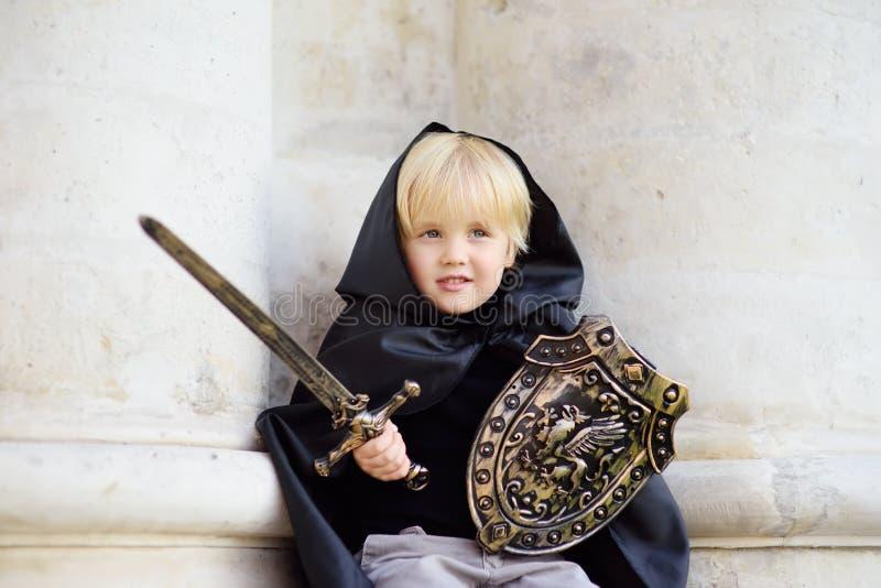 Retrato de un niño pequeño lindo vestido como caballero medieval fotos de archivo