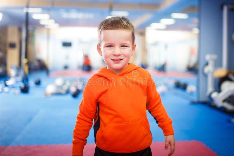 Retrato de un niño posando en el gimnasio El tema es el desarrollo físico de los niños Un chico deportivo con ropa deportiva está fotos de archivo