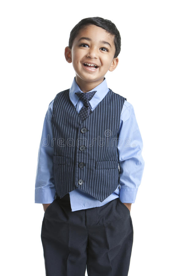 Retrato de un niño sonriente en traje del asunto fotografía de archivo