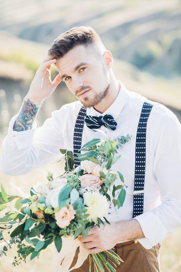 Retrato de un novio en corbata de lazo en la boda en naturaleza imagen de archivo libre de regalías
