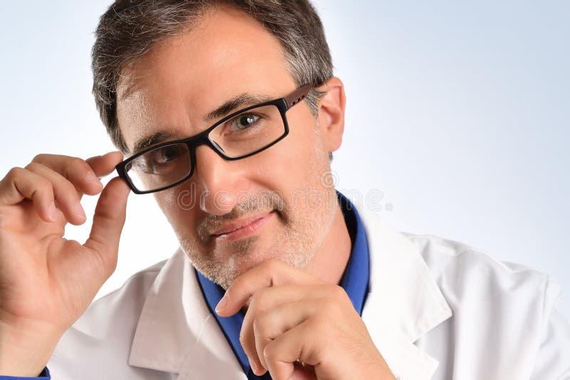 Retrato de un oftalmólogo que sonríe con el primer de los vidrios fotografía de archivo