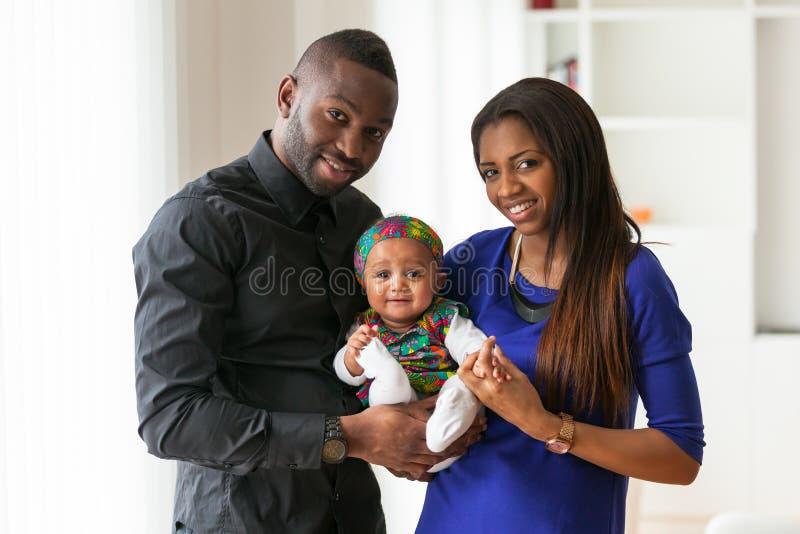 Retrato de un par afroamericano joven con su bebé fotografía de archivo libre de regalías