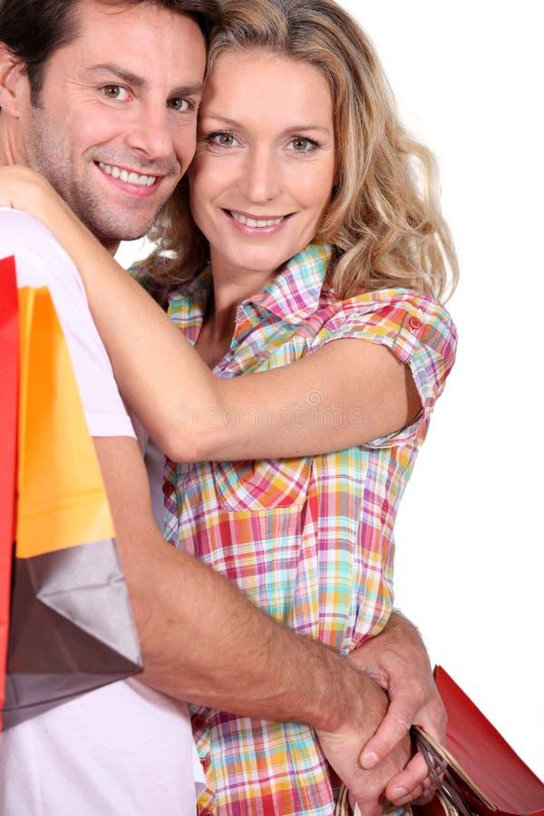 Retrato de un par con compras foto de archivo