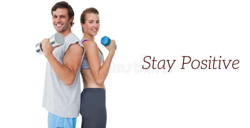Retrato de un par del ajuste que ejercita con pesa de gimnasia fotografía de archivo libre de regalías
