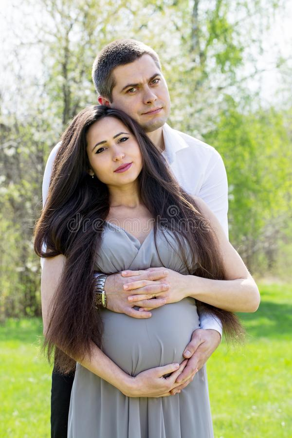 Retrato de un par embarazada foto de archivo