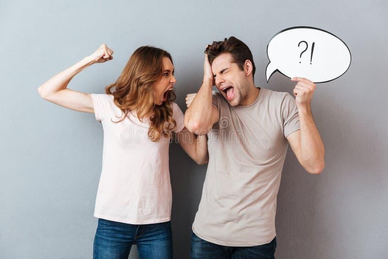 Retrato de un par furioso joven que tiene una discusión fotografía de archivo