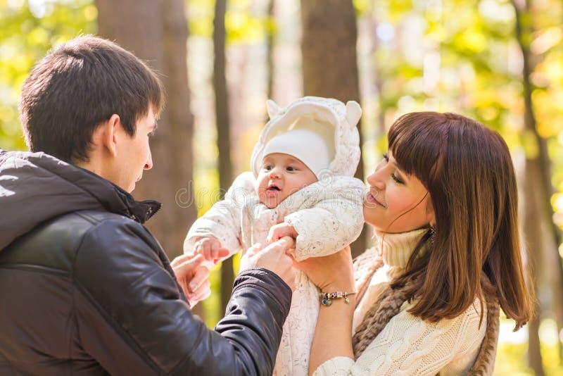 Retrato de un par joven feliz que juega con su bebé recién nacido lindo fotografía de archivo libre de regalías