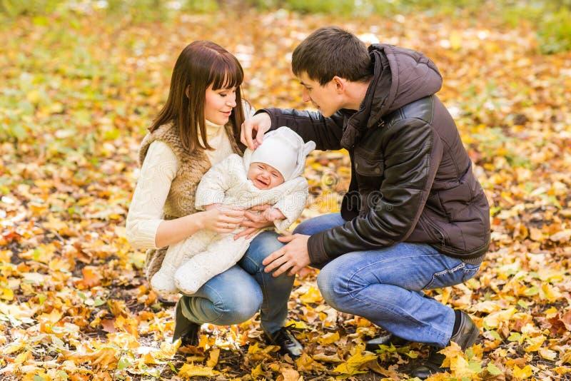 Retrato de un par joven feliz que juega con su bebé recién nacido lindo fotos de archivo