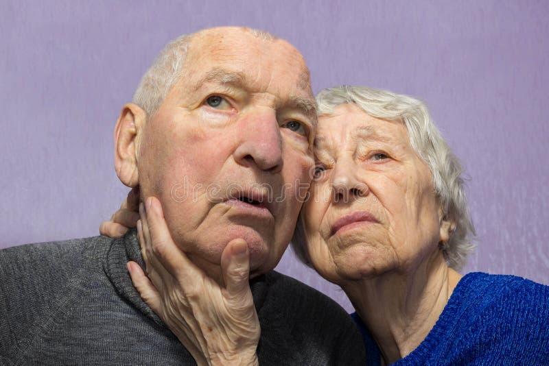 Retrato de un par triste de la anciano en casa fotos de archivo libres de regalías