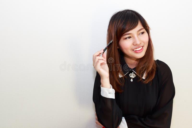 Retrato de un pensamiento asiático atractivo de la mujer fotos de archivo