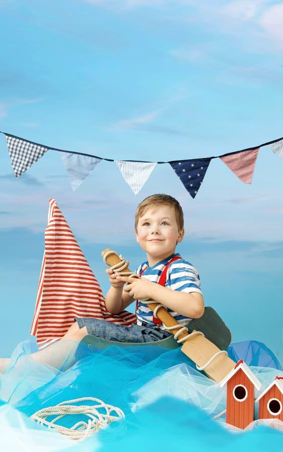 Retrato de un pequeño marinero foto de archivo