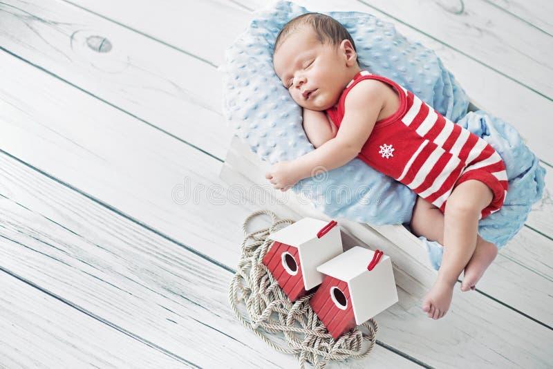 Retrato de un pequeño marinero durante la siesta imagen de archivo libre de regalías