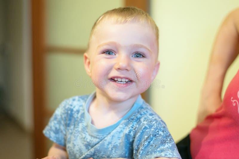 Retrato de un pequeño muchacho feliz, 1 5 años, en casa imagen de archivo