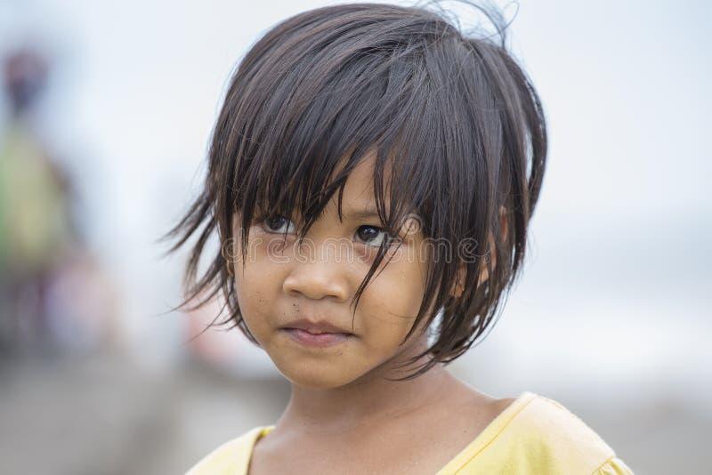 Retrato de un pequeño niño indonesio en las calles Kuta, Bali, Indonesia imagen de archivo