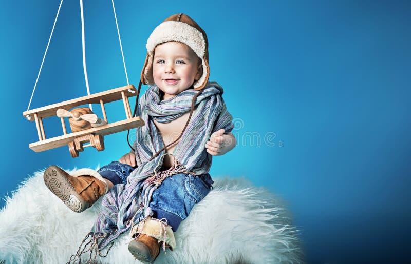 Retrato de un pequeño piloto alegre imagen de archivo libre de regalías