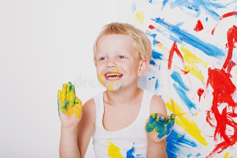 Retrato de un pequeño pintor sucio del niño Escuela pre-entrenamiento Educación creatividad Retrato del estudio sobre el fondo bl fotografía de archivo libre de regalías