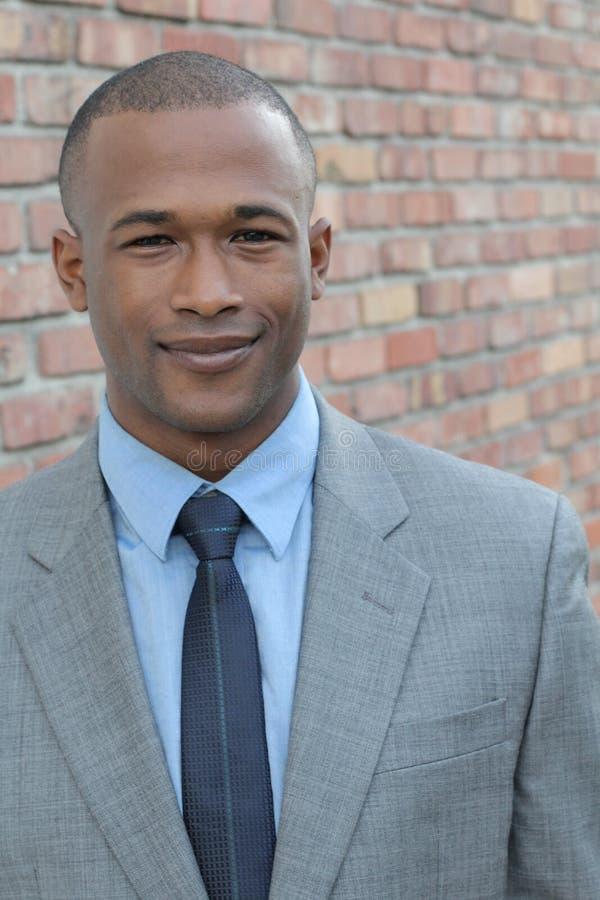 Retrato de un profesional africano confiado acertado del hombre de negocios en un traje formal elegante foto de archivo