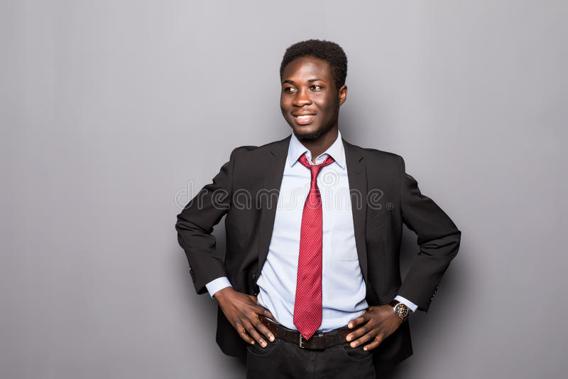 Retrato de un profesional africano confiado acertado del hombre de negocios en un traje formal elegante aislado imagen de archivo libre de regalías