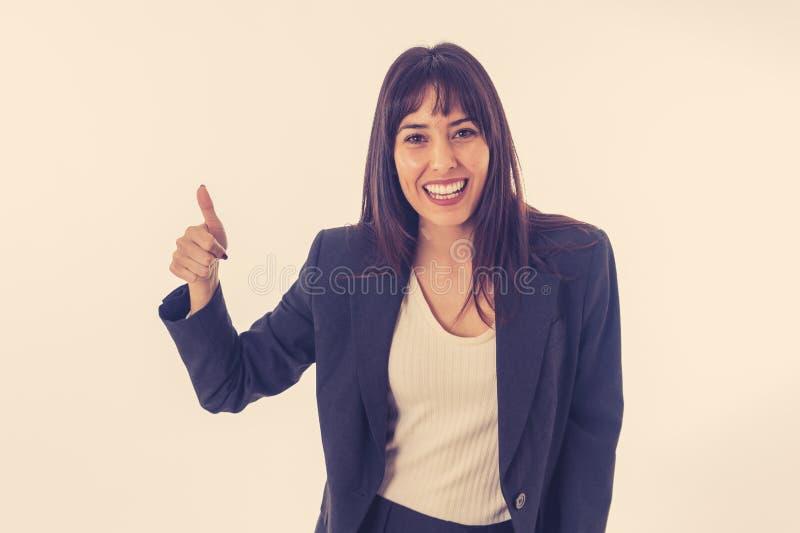 Retrato de un pulgar sonriente hermoso joven de la demostraci?n de la mujer de negocios para arriba Aislado en el fondo blanco foto de archivo