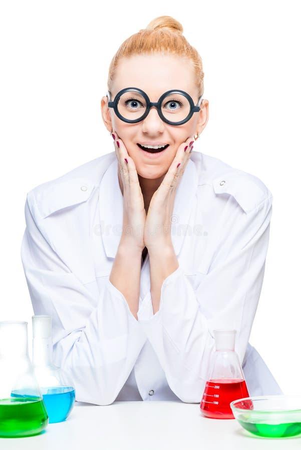 retrato de un químico alegre en vidrios divertidos fotografía de archivo libre de regalías