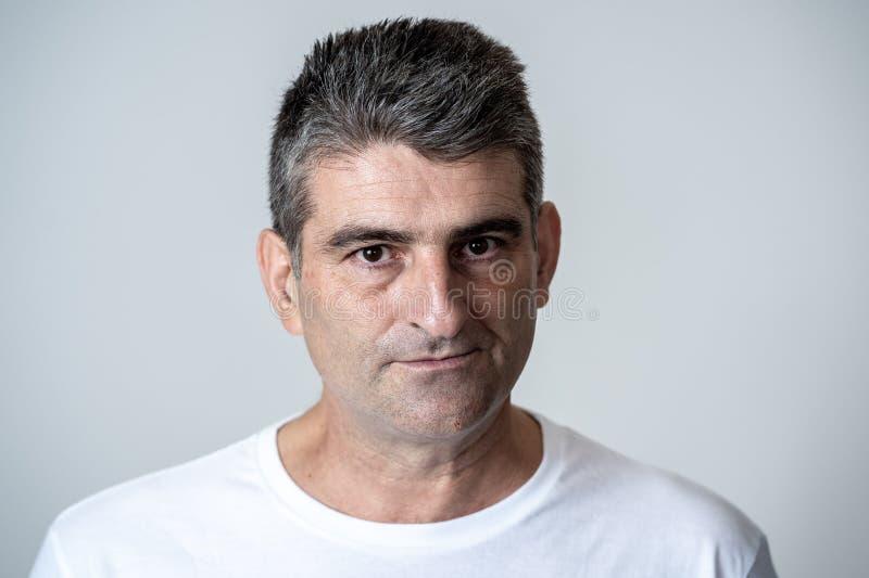 Retrato de un 40s maduro al hombre enojado 50s y del trastorno blanco que mira expresiones faciales de las emociones humanas furi fotografía de archivo