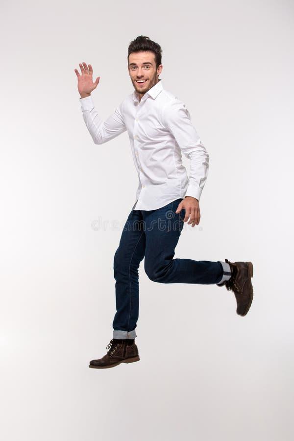 Retrato de un salto divertido del hombre imágenes de archivo libres de regalías