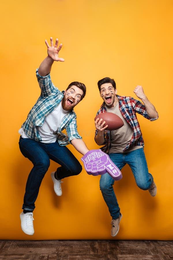 Retrato de un salto feliz de dos hombres jovenes imagen de archivo libre de regalías
