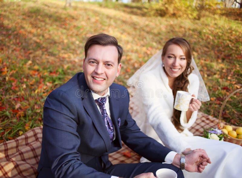 Retrato de un sitti feliz nuevamente casado elegante hermoso de la pareja fotos de archivo