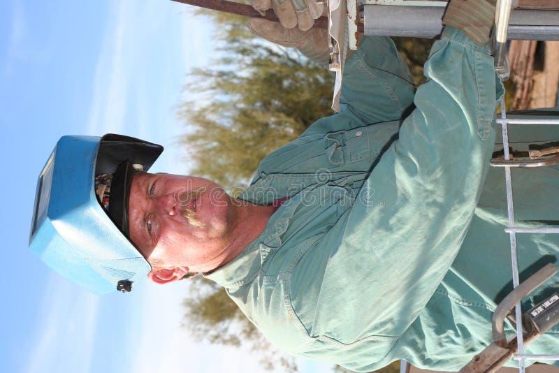 Retrato de un soldador del hombre imagen de archivo