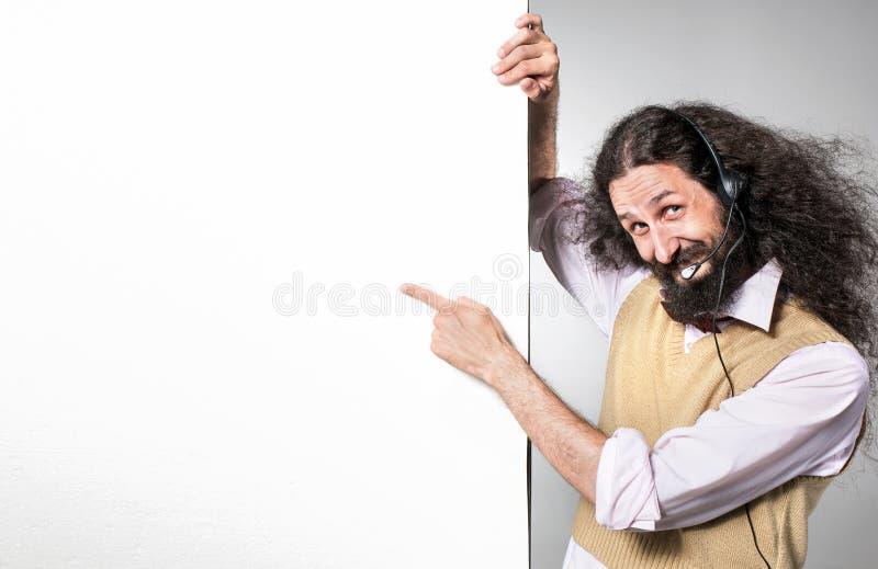 Retrato de un telemarquizador nerd que apunta en una placa vacía imagen de archivo