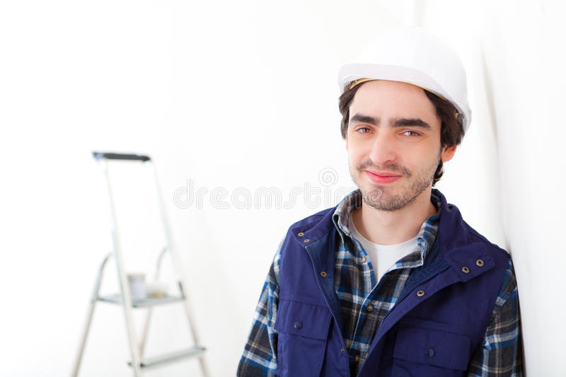 Retrato de un trabajador joven en un nuevo plano imágenes de archivo libres de regalías