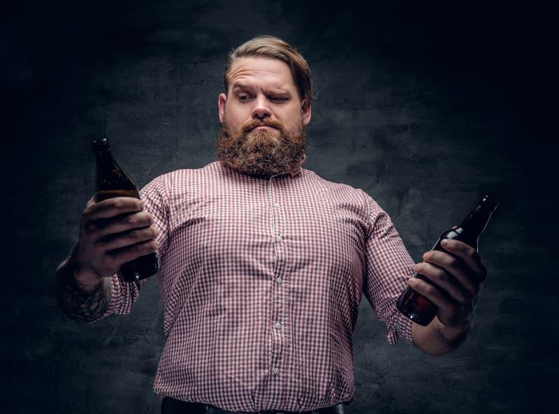 Retrato de un varón barbudo gordo imagenes de archivo