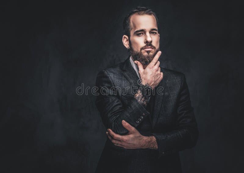 Retrato de un var?n barbudo serio elegante imagenes de archivo
