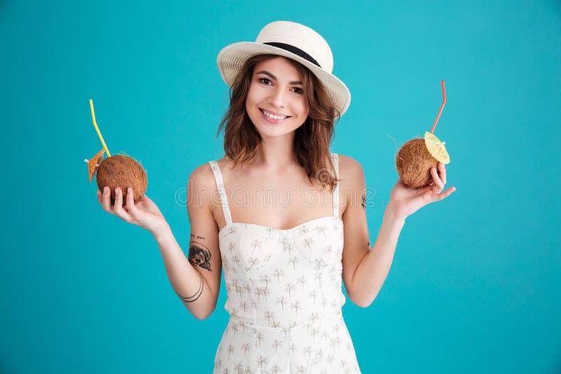 Retrato de un viajero feliz de la mujer joven en sombrero de paja imagen de archivo