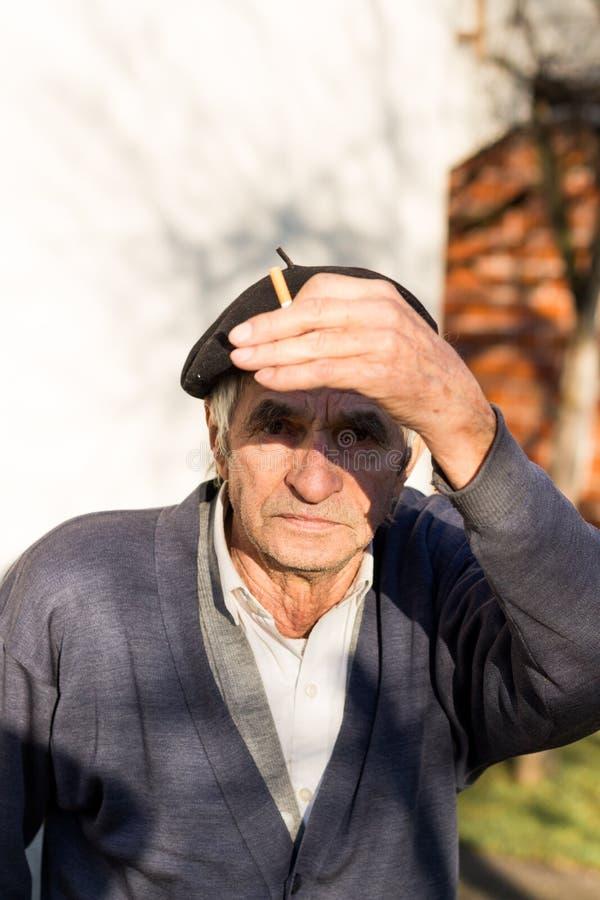 Retrato de un viejo hombre, al aire libre, primer foto de archivo libre de regalías