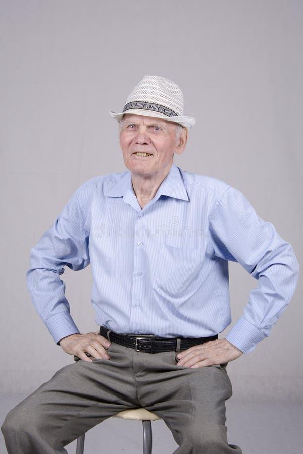 Retrato de un viejo hombre ochenta años imagenes de archivo