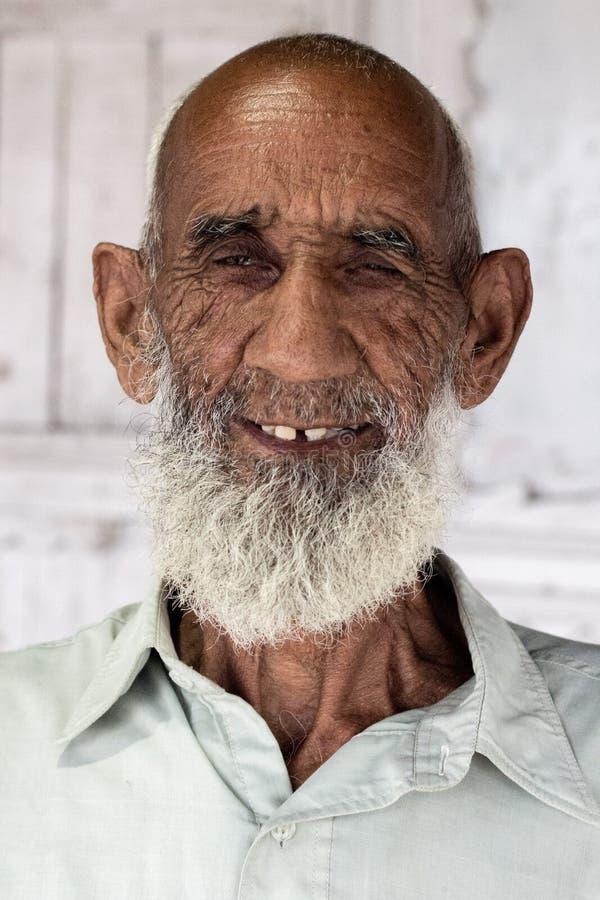Retrato de un viejo hombre paquistaní imagenes de archivo