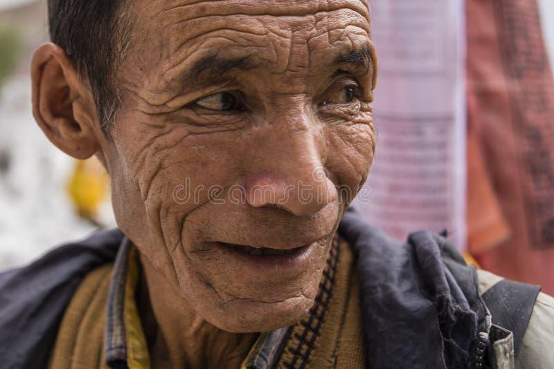 Retrato de un viejo hombre tibetano foto de archivo