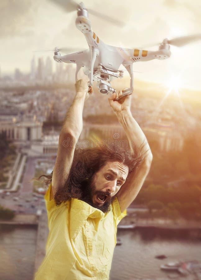 Retrato de un vuelo divertido del individuo con un abejón imagenes de archivo