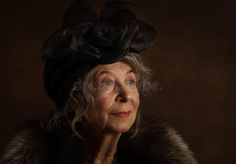 Retrato de una anciana vestida de vintage foto de archivo libre de regalías