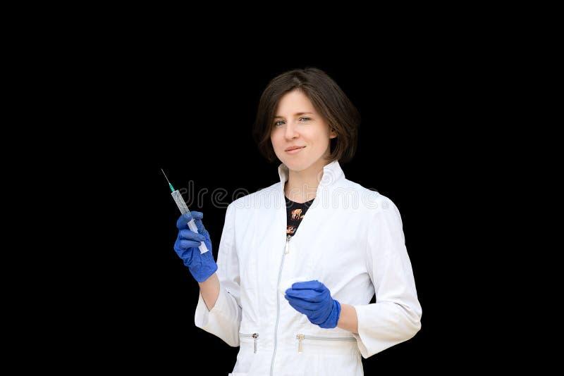 retrato de una atractiva doctora con jeringa imagen de archivo libre de regalías