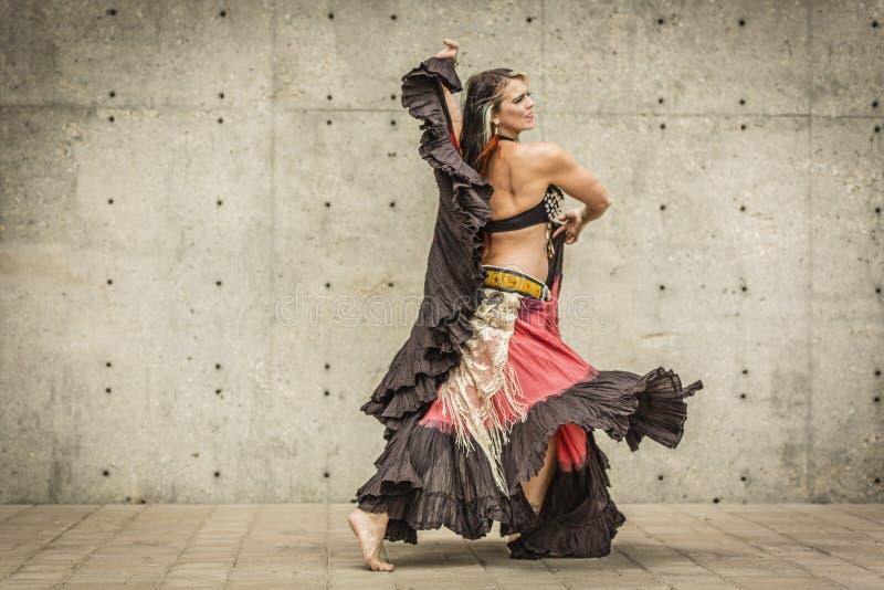 Retrato de una bailarina de la danza del vientre hermosa imágenes de archivo libres de regalías