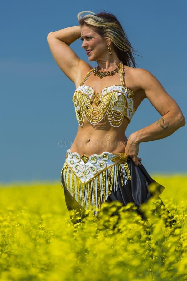 Retrato de una bailarina de la danza del vientre hermosa foto de archivo libre de regalías