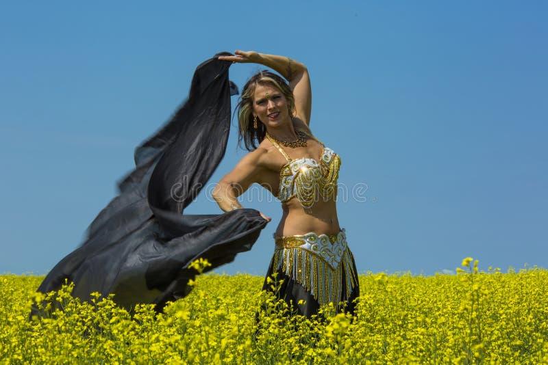 Retrato de una bailarina de la danza del vientre hermosa imagenes de archivo