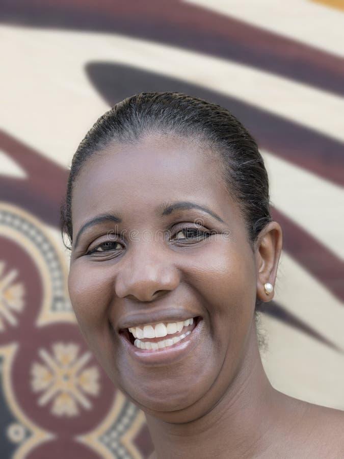 Retrato de una belleza del Afro (mujer de la edad adulta media) fotografía de archivo