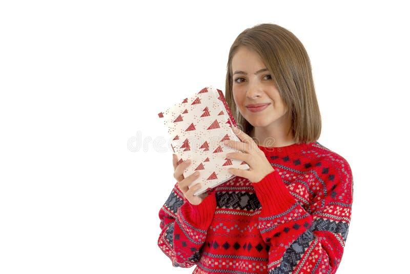 Retrato de una caja de regalo linda feliz de la tenencia de la mujer aislada en blanco imagenes de archivo